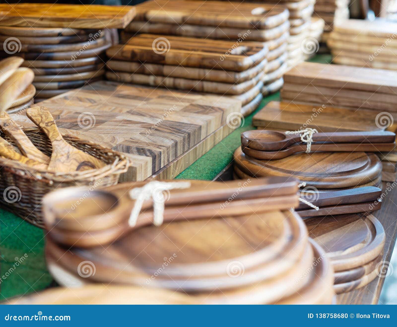 Artículos de cocina de madera en el contador en la feria