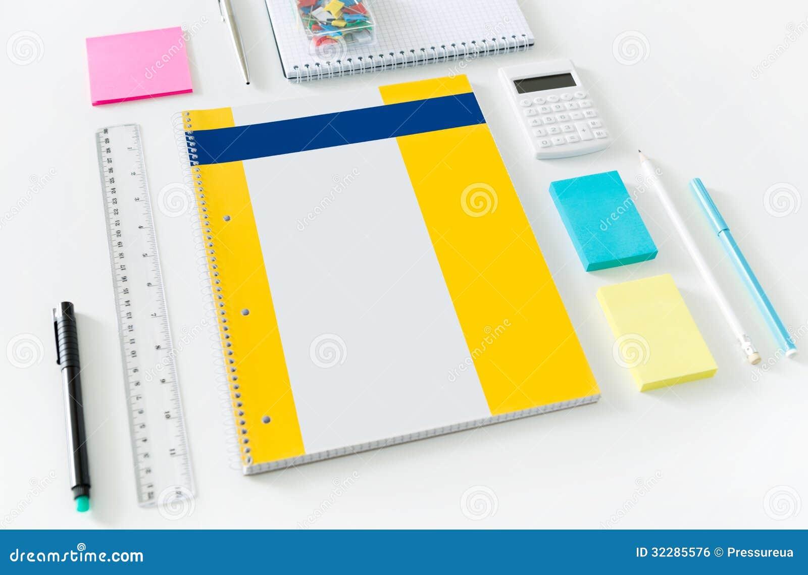 Art culos de la oficina en un escritorio imagen de archivo for Articulos de oficina