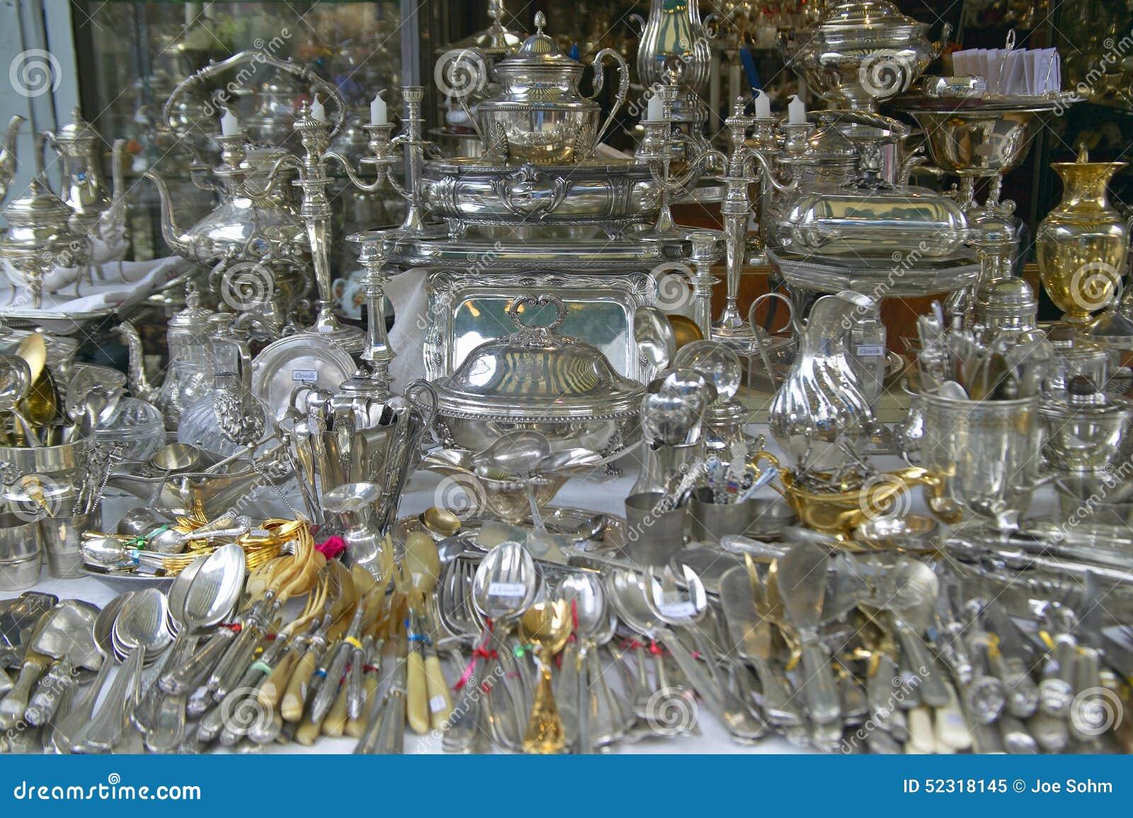 4261328000c6 Artículos de los cubiertos y de la plata para la venta en el mercado de  pulgas