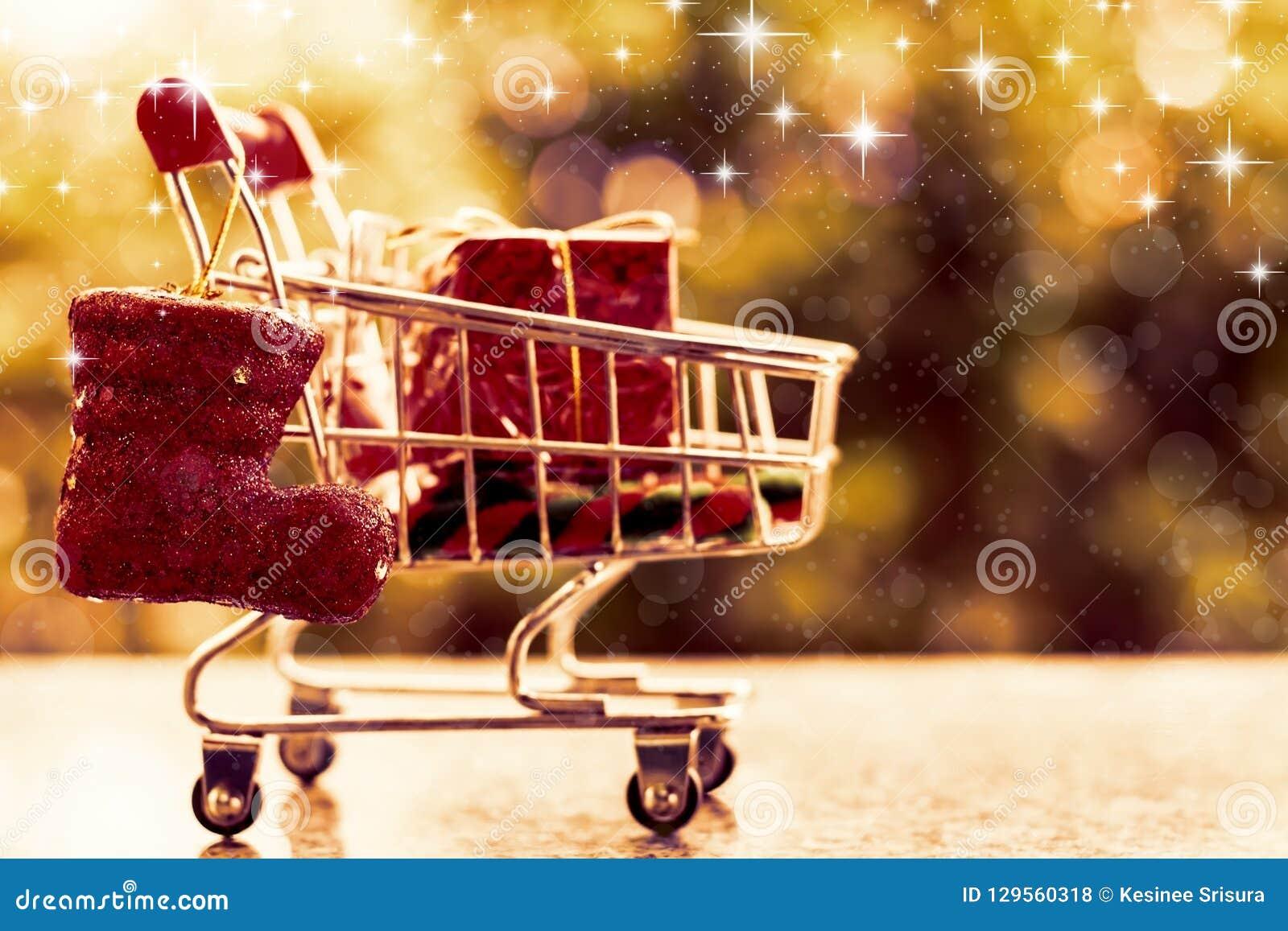 Artículos decorativos de Navidad en mini carro de la compra o carretilla