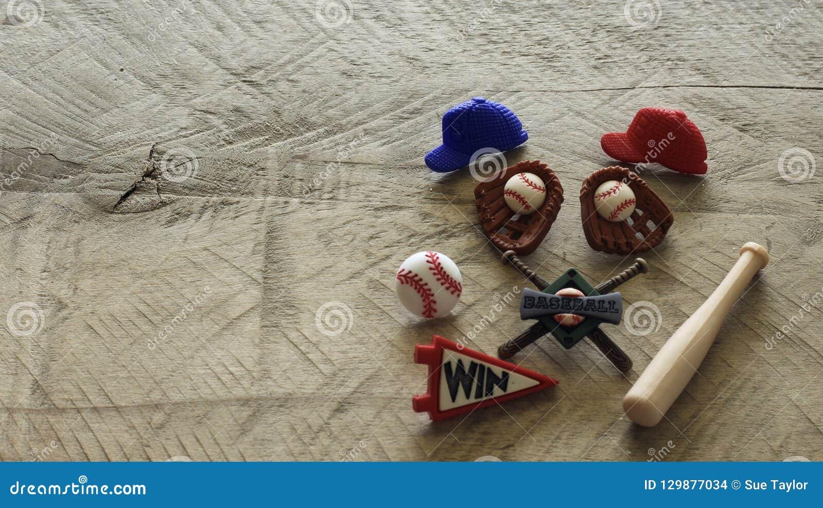 Artículos del béisbol en un fondo de madera