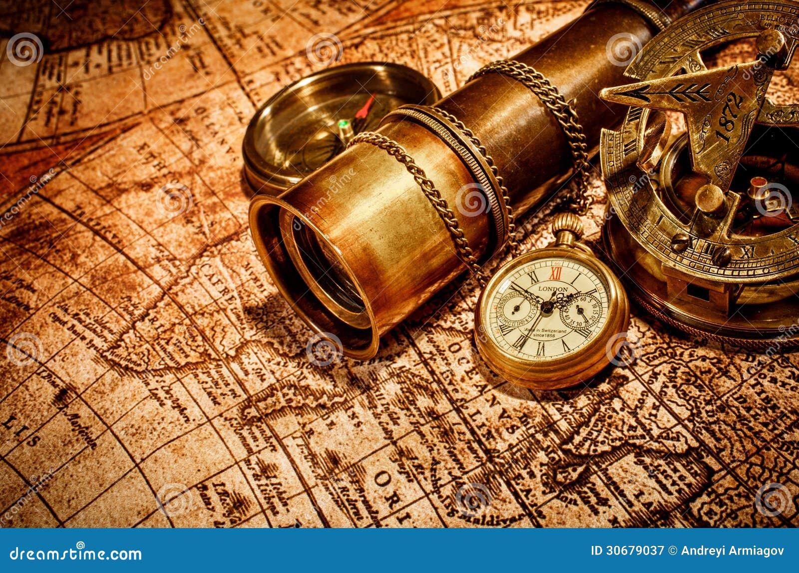 Art culos vintages en mapa antiguo fotograf a de archivo for Reloj de pared vintage 60cm