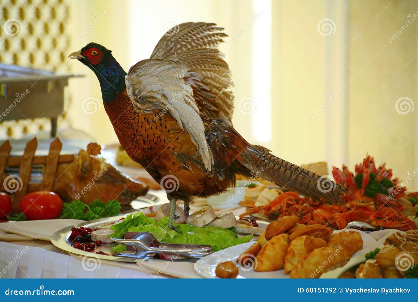 Artístico se adorna con el plato de búsqueda relleno del faisán de los pájaros una delicadeza del cocinero - un plato de la carne