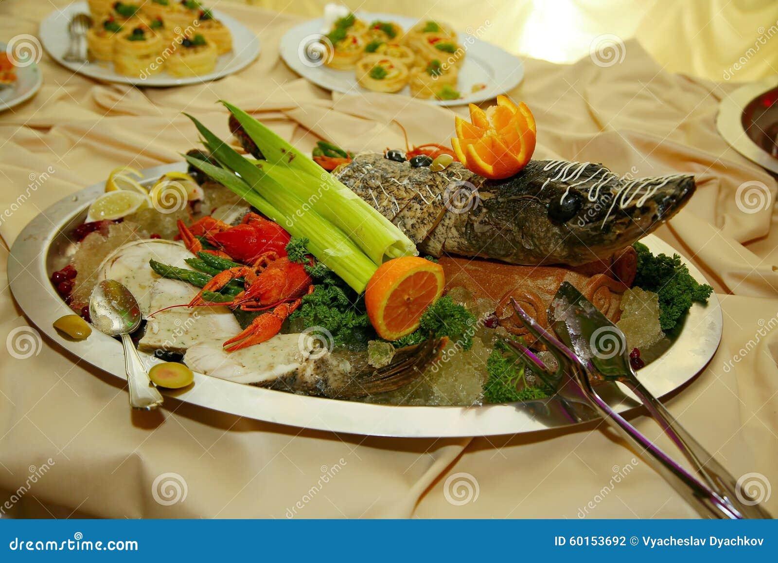 Artístico se adorna con el sterlet de los pescados de Gefilte cocido totalmente una delicadeza del cocinero - un plato de la carn