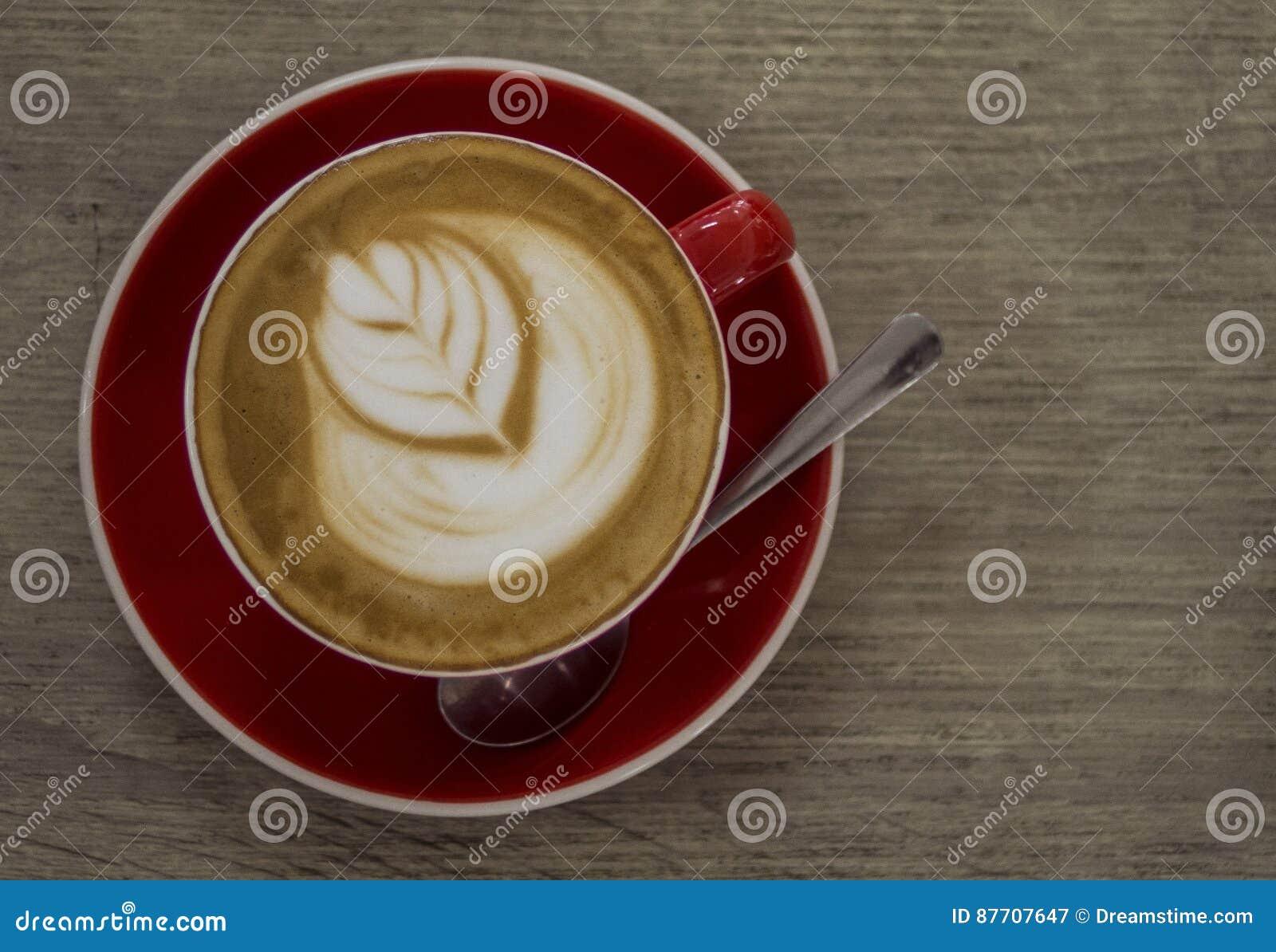 Art artistique de latte dans une tasse rouge