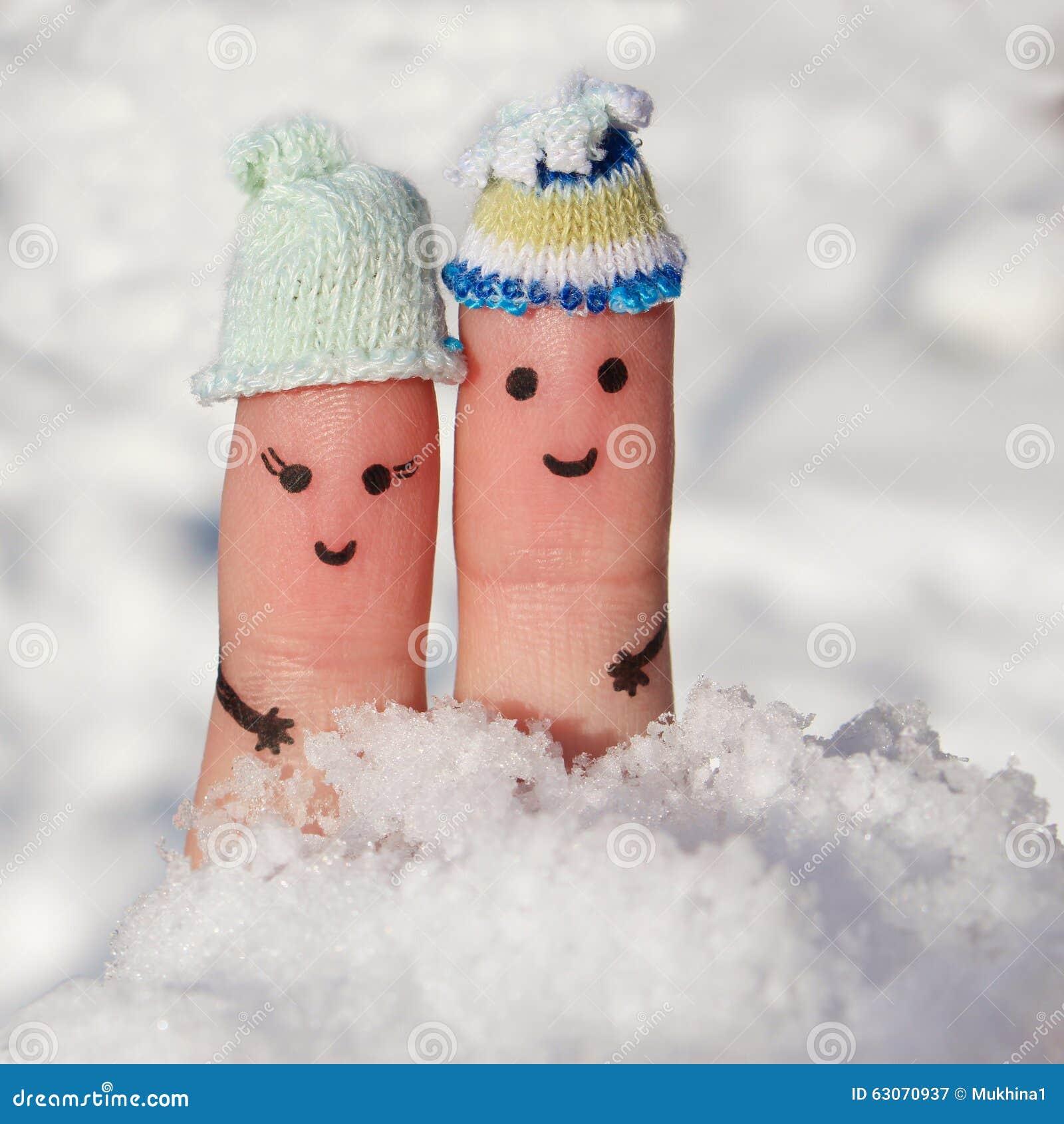 Art de doigt d un couple heureux sur le fond de la neige