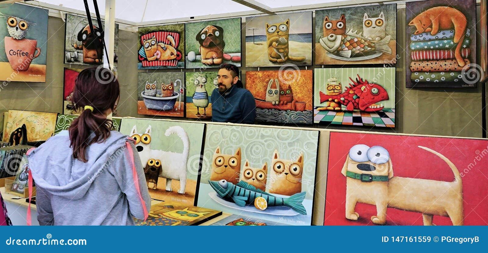 Art Dealer no quiosque do mercado em Bratislava, Eslováquia