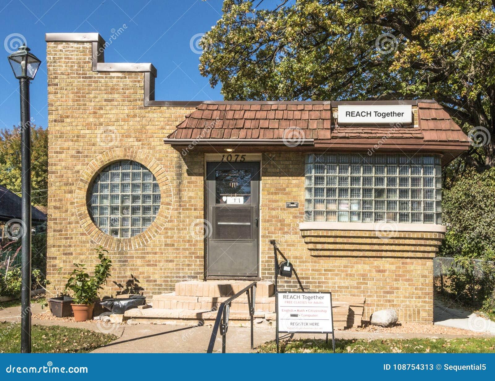 Art deco huis met de vensters van het glasblok redactionele stock