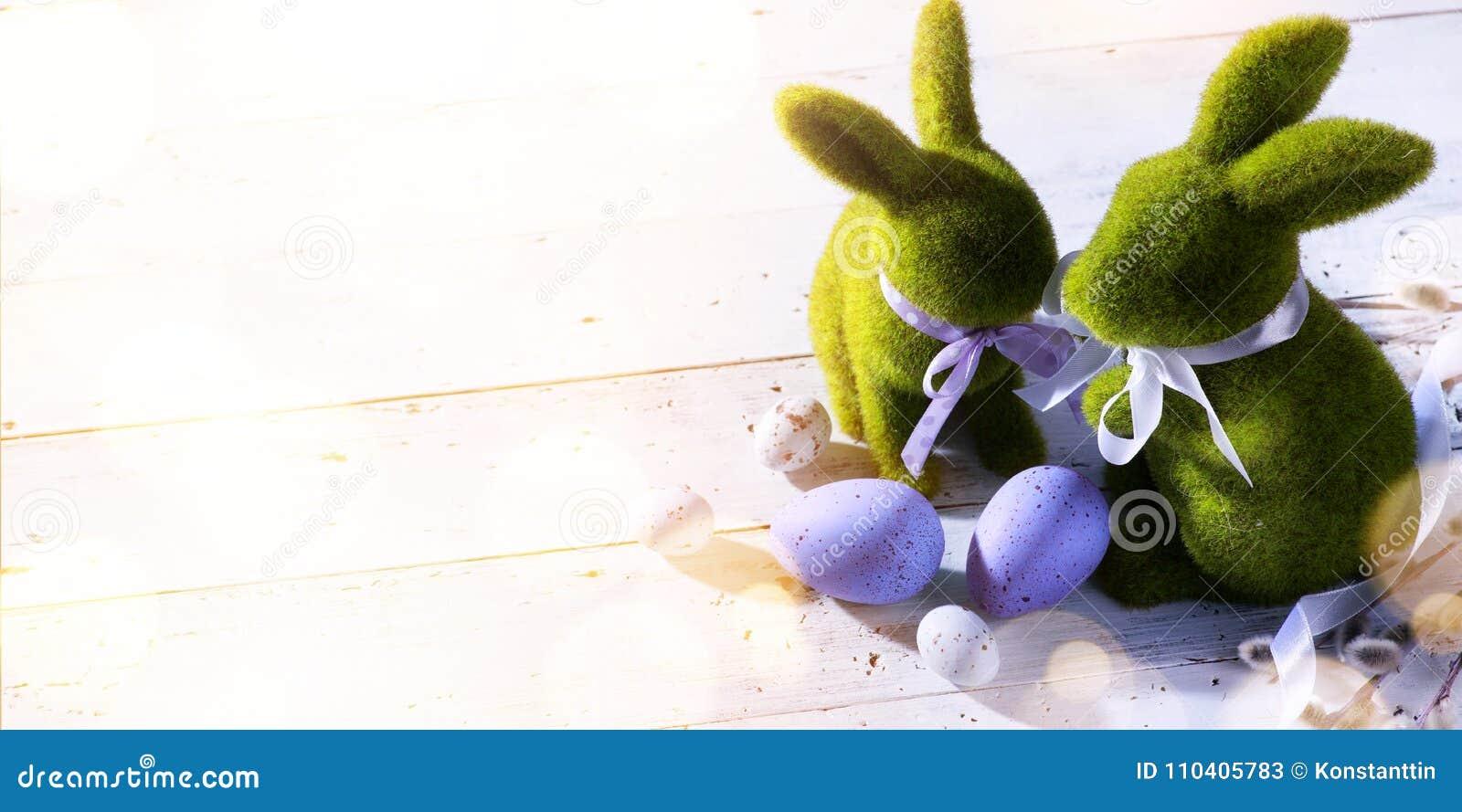 Art Happy Easter Day; coniglietto di pasqua della famiglia ed uova di Pasqua