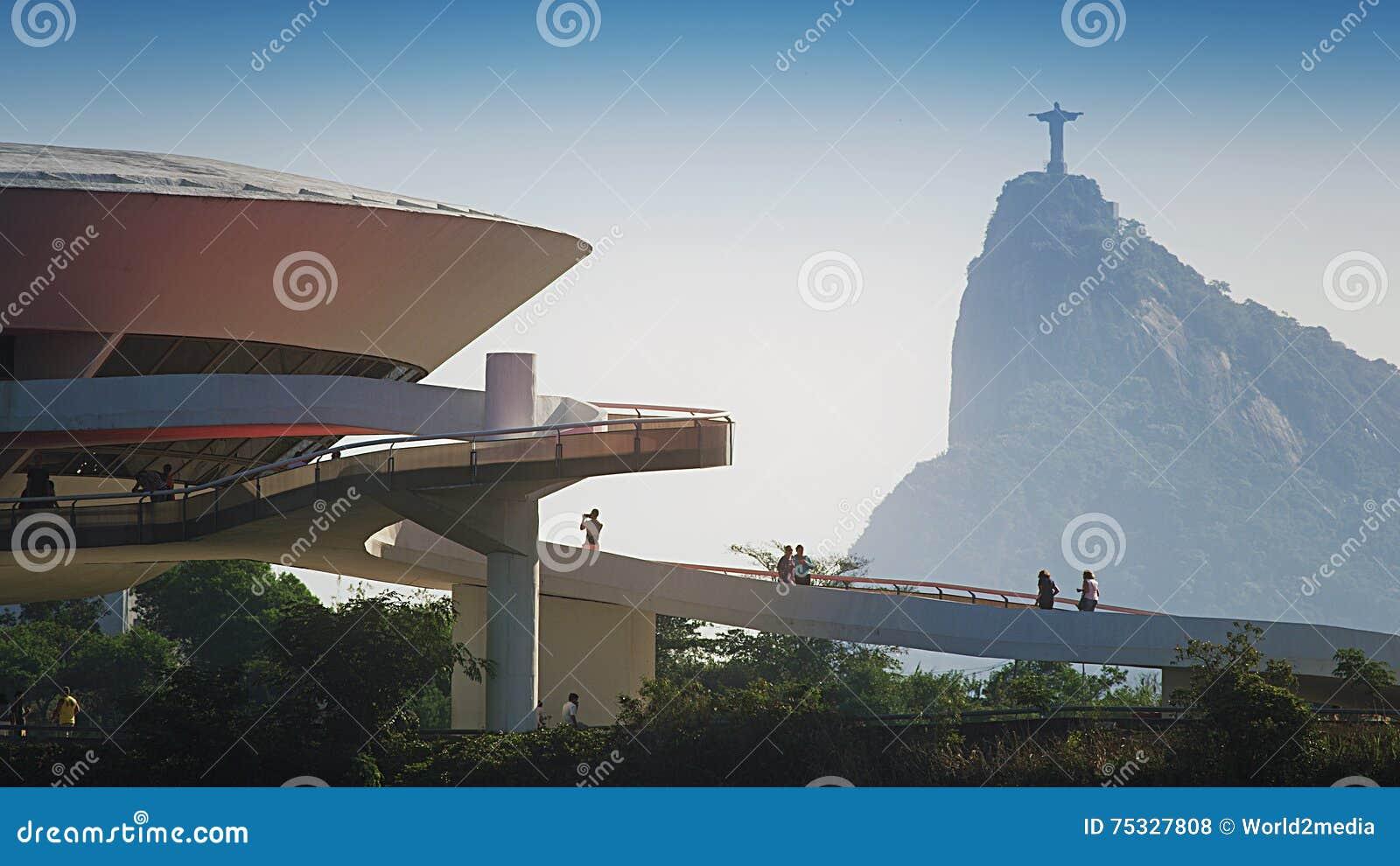 Art Museum Contemporary Art Museum contemporâneo em Niteroi com estátua de Cristo