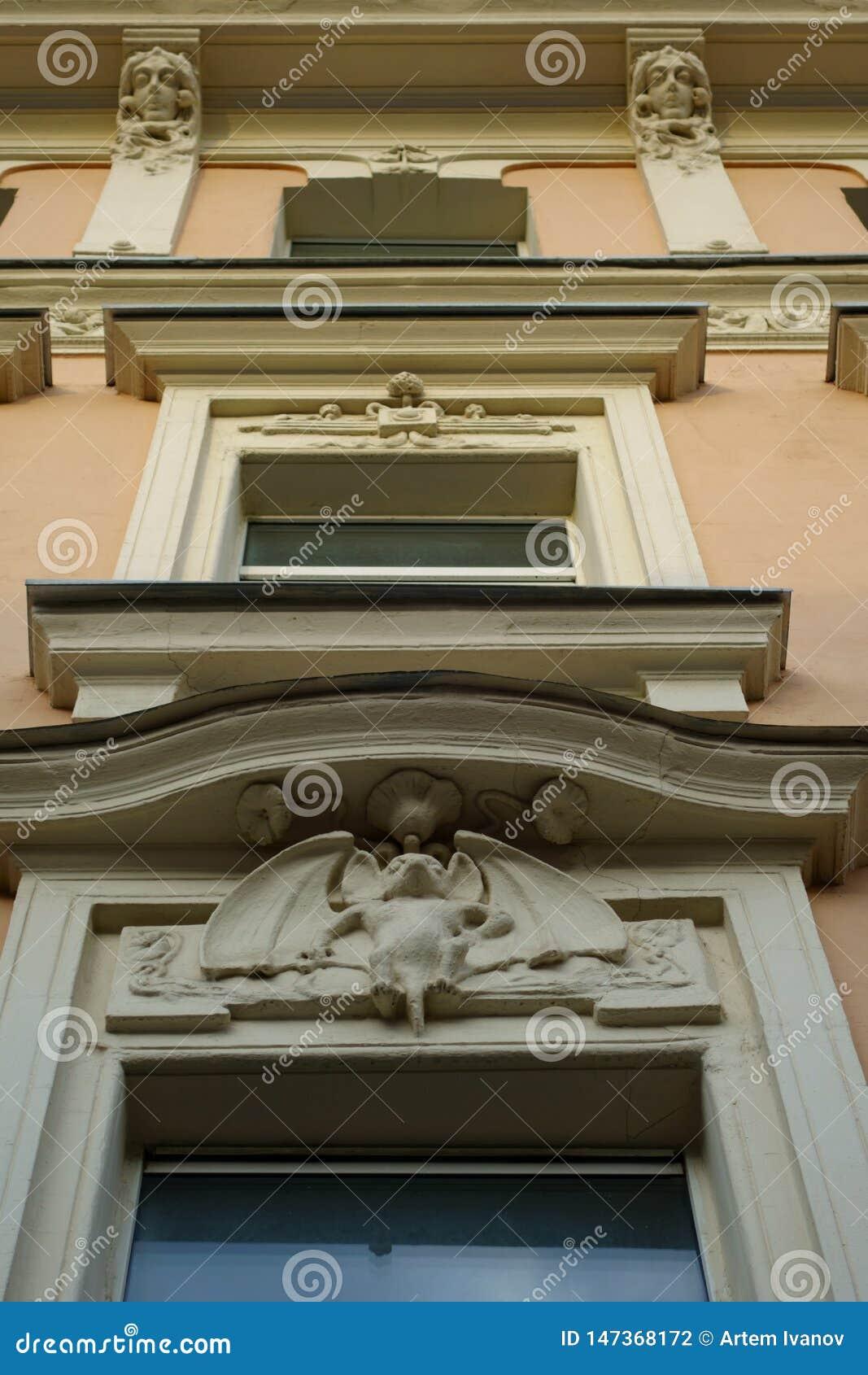 Art Nouveau-Dekoration der Fassade des Hauses mit Schlägern