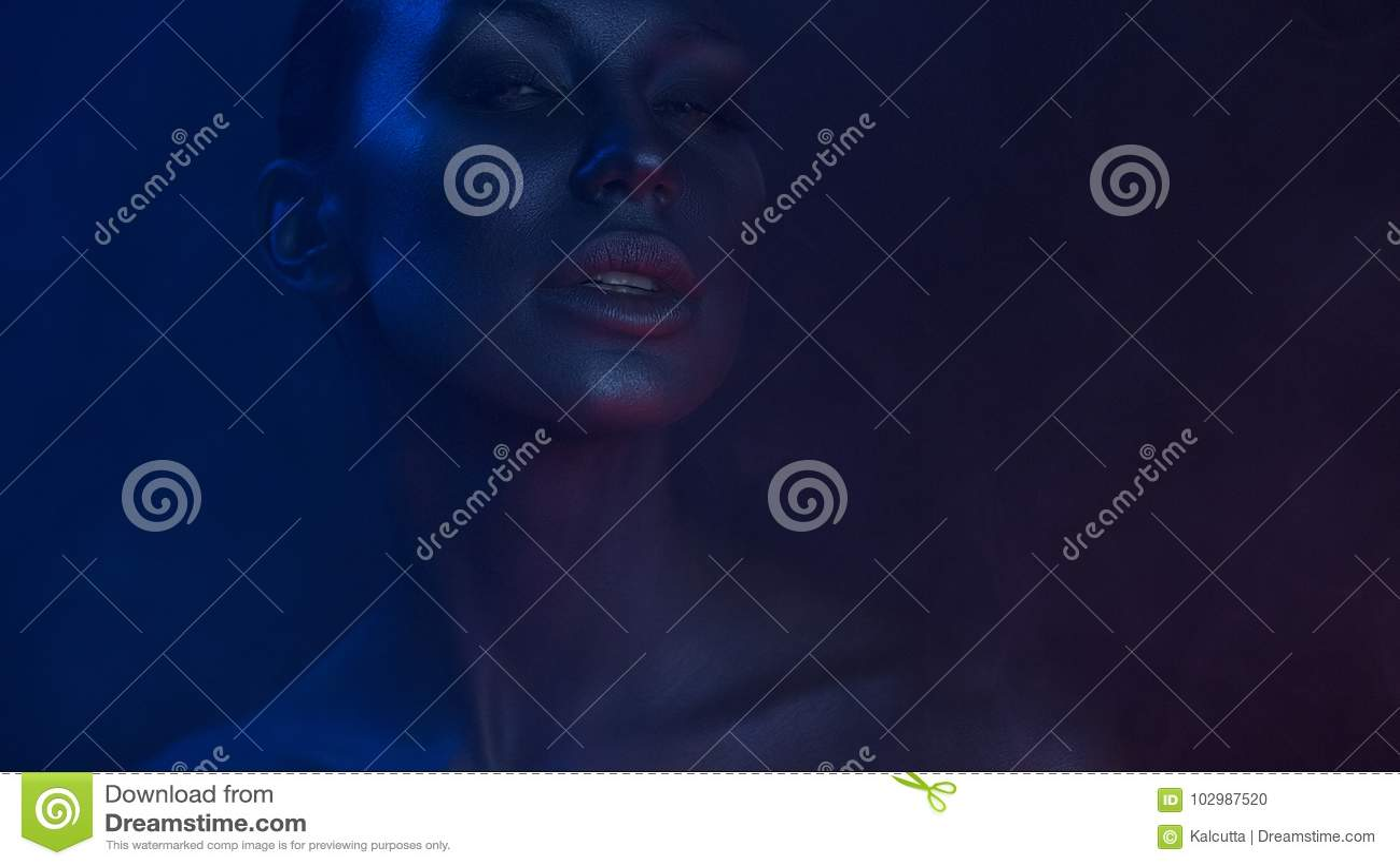 Art Portrait av den härliga sexiga unga kvinnan med den glamorösa mystiker