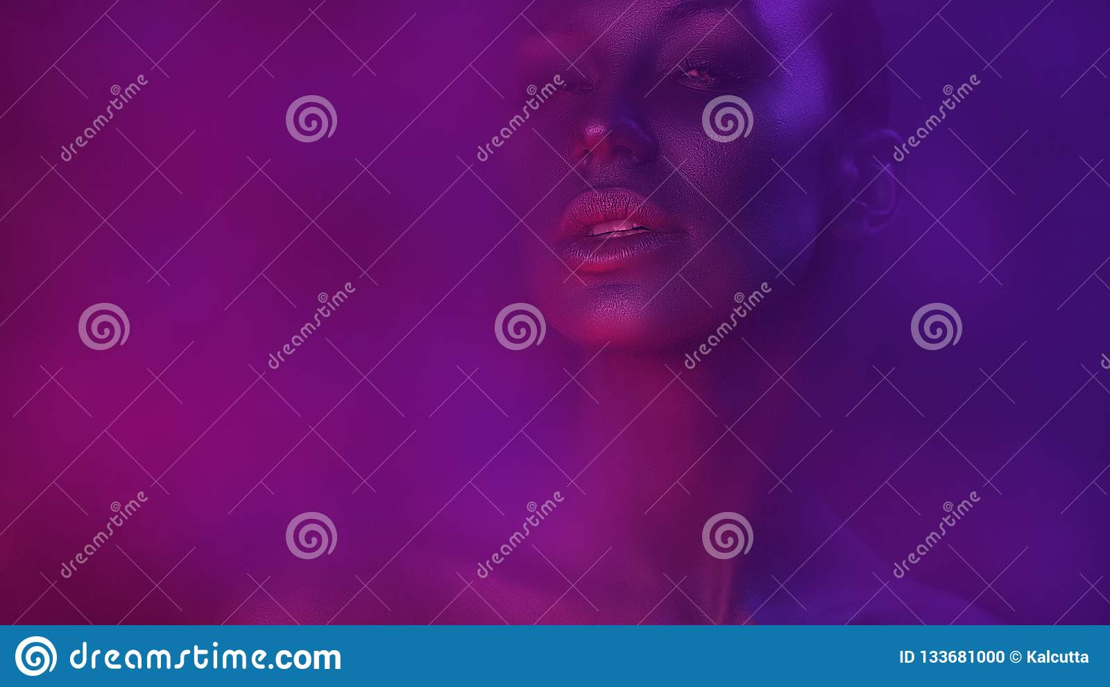 Art Portrait der schönen sexy jungen Frau mit bezauberndem Mystiker
