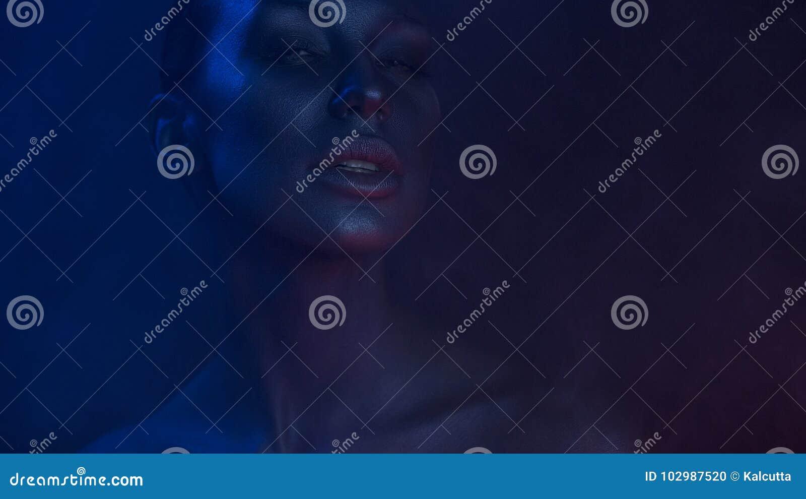 Art Portrait di bella giovane donna sexy con mistico affascinante