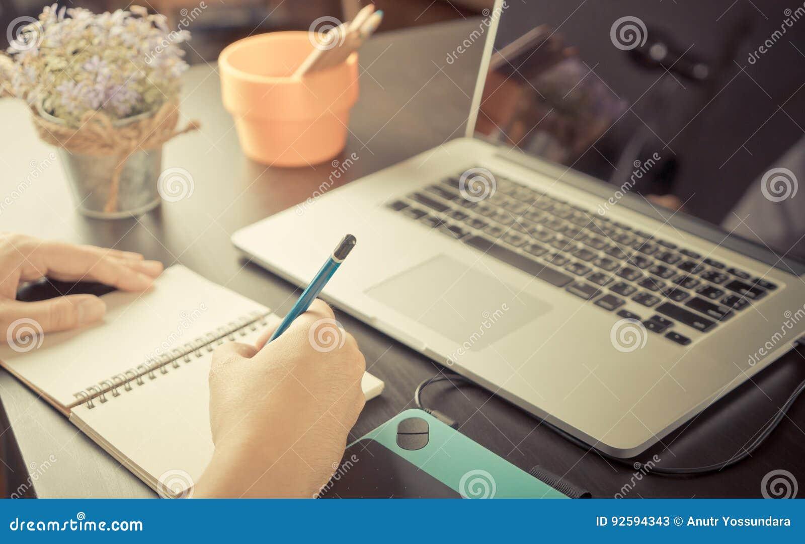 Art Student werkt aan schets