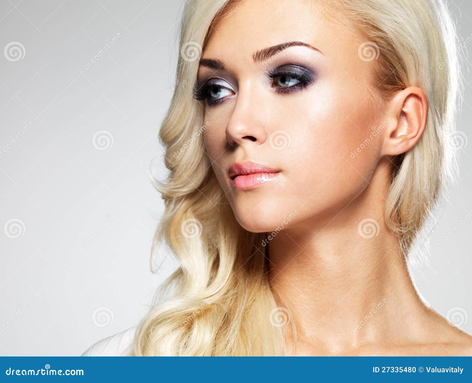 Schöne Frau Mit Den Langen Braunen Geraden Haaren