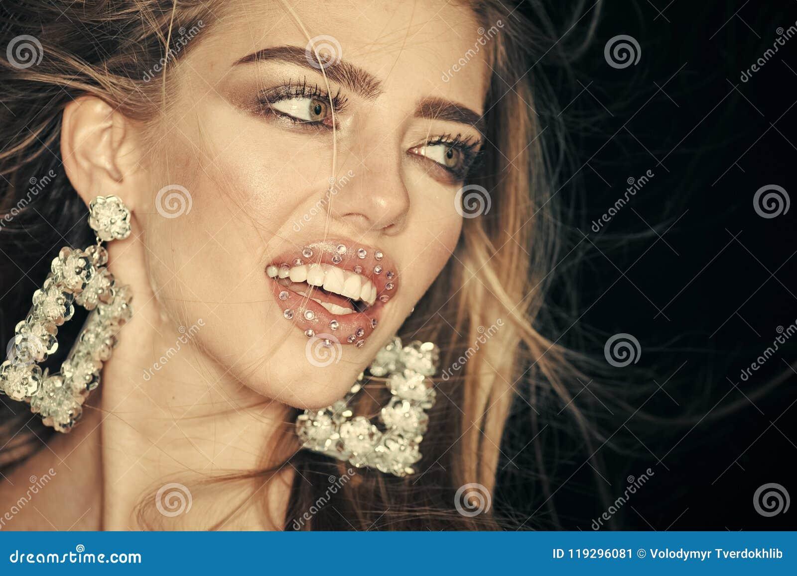 Art und Weisekonzept Frau mit dem langen Haar und den sinnlichen Lippen schaut attraktiv Schönheitsmodemädchen mit Make-up, Lippe