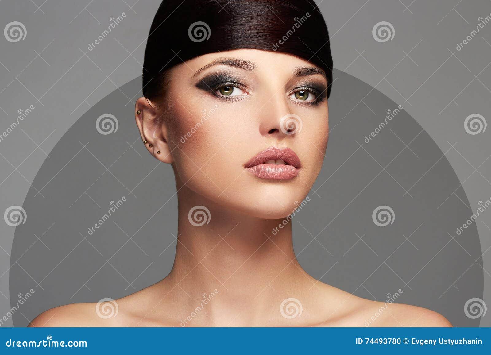 Art Und Weiseschönes Mädchen Frisur Junge Schönheitsfrau Stockfoto