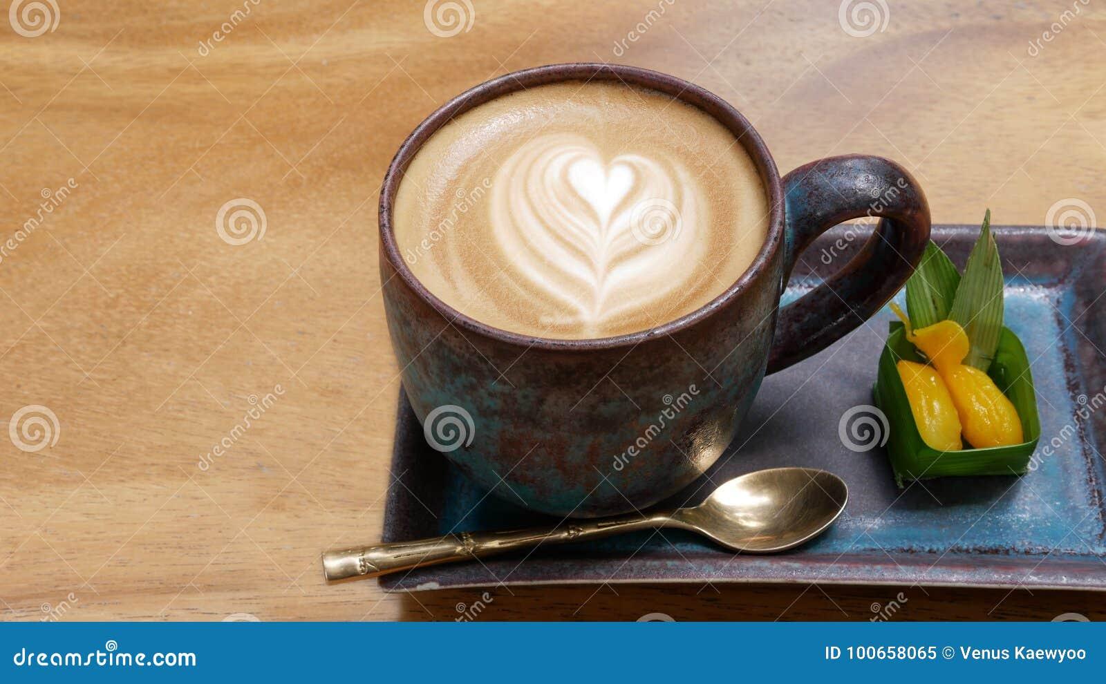 Arte calda del latte del cappuccino del caffè con la vista superiore del dessert tailandese di stile