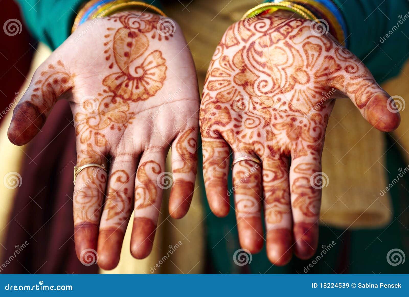Arte de la mano del tatuaje de la alheña en la India