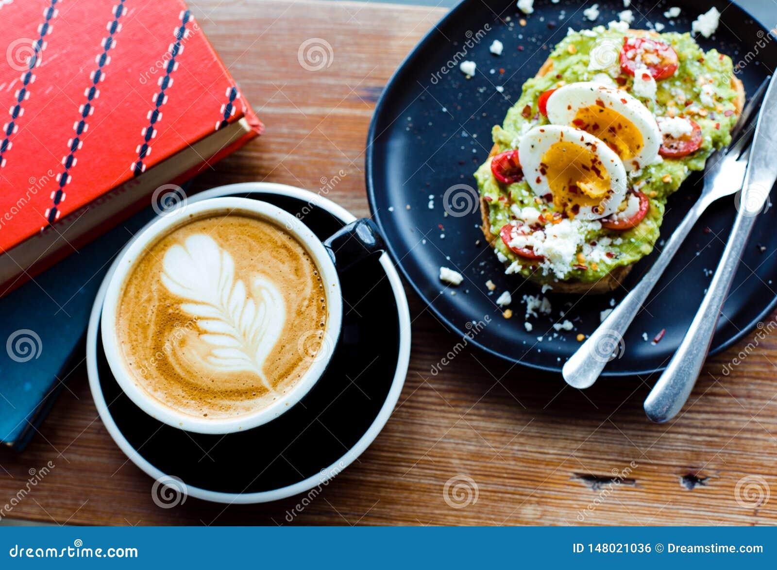 Arte del latte del caffè con il pane tostato e le uova dell avocado