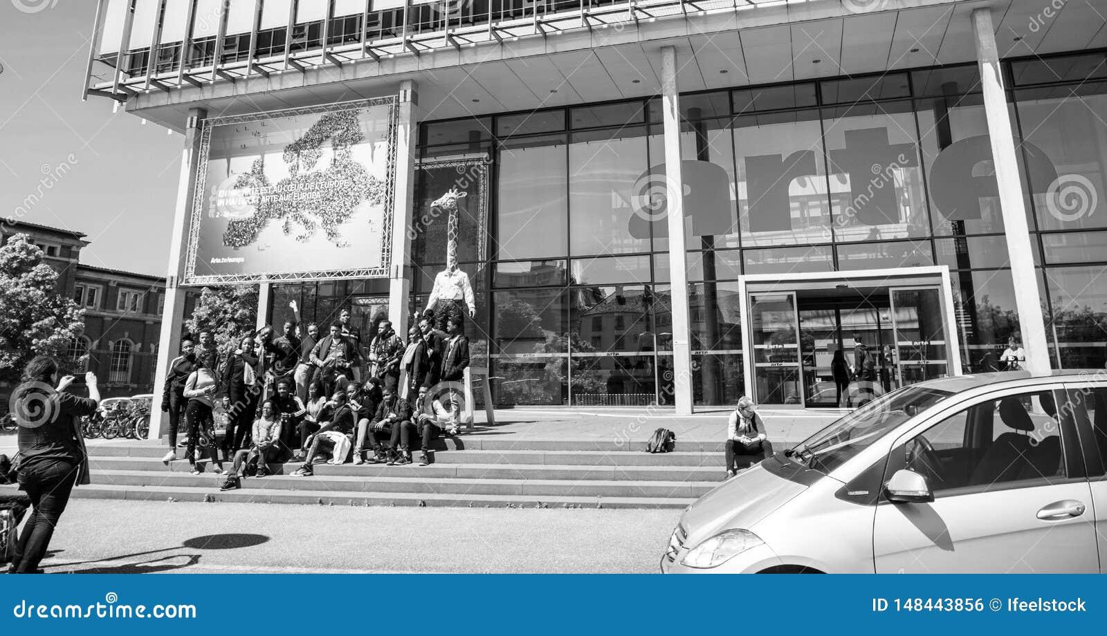 Arte Television Strasbourg avec des visiteurs prenant des photos dehors