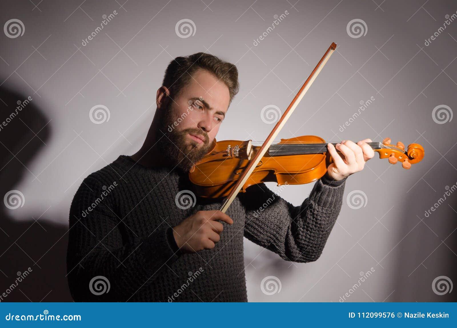 Arte y fiddler emocional del violinista del hombre de Young del artista que juega v