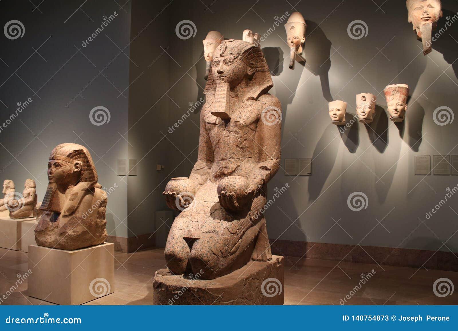 Artefakty i statuy od Antycznego Egipt przy Wielkomiejskim muzeum sztuki