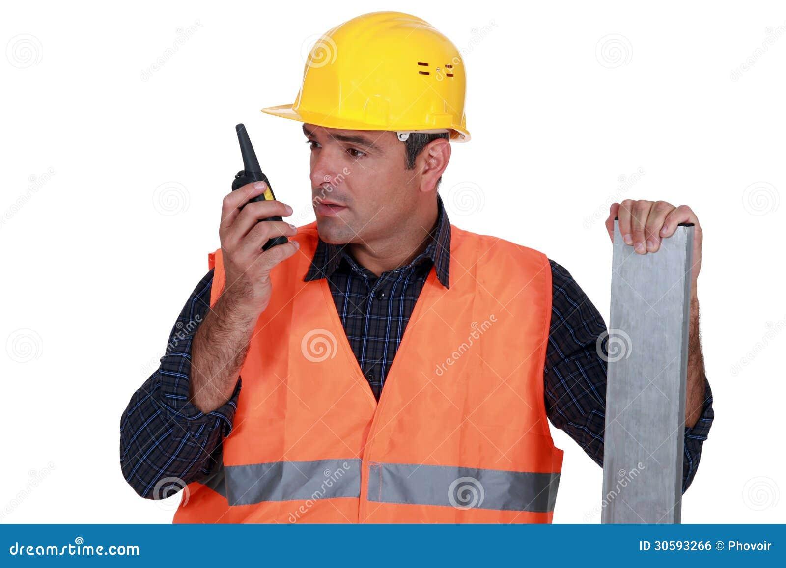 Artesano que usa un Walkietalkie
