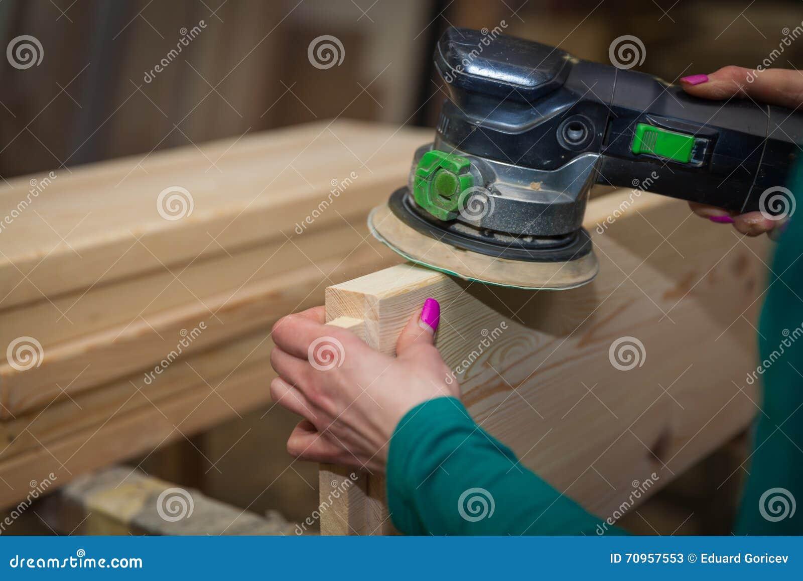 artesanos en placa de la rutina de la artesana en madera