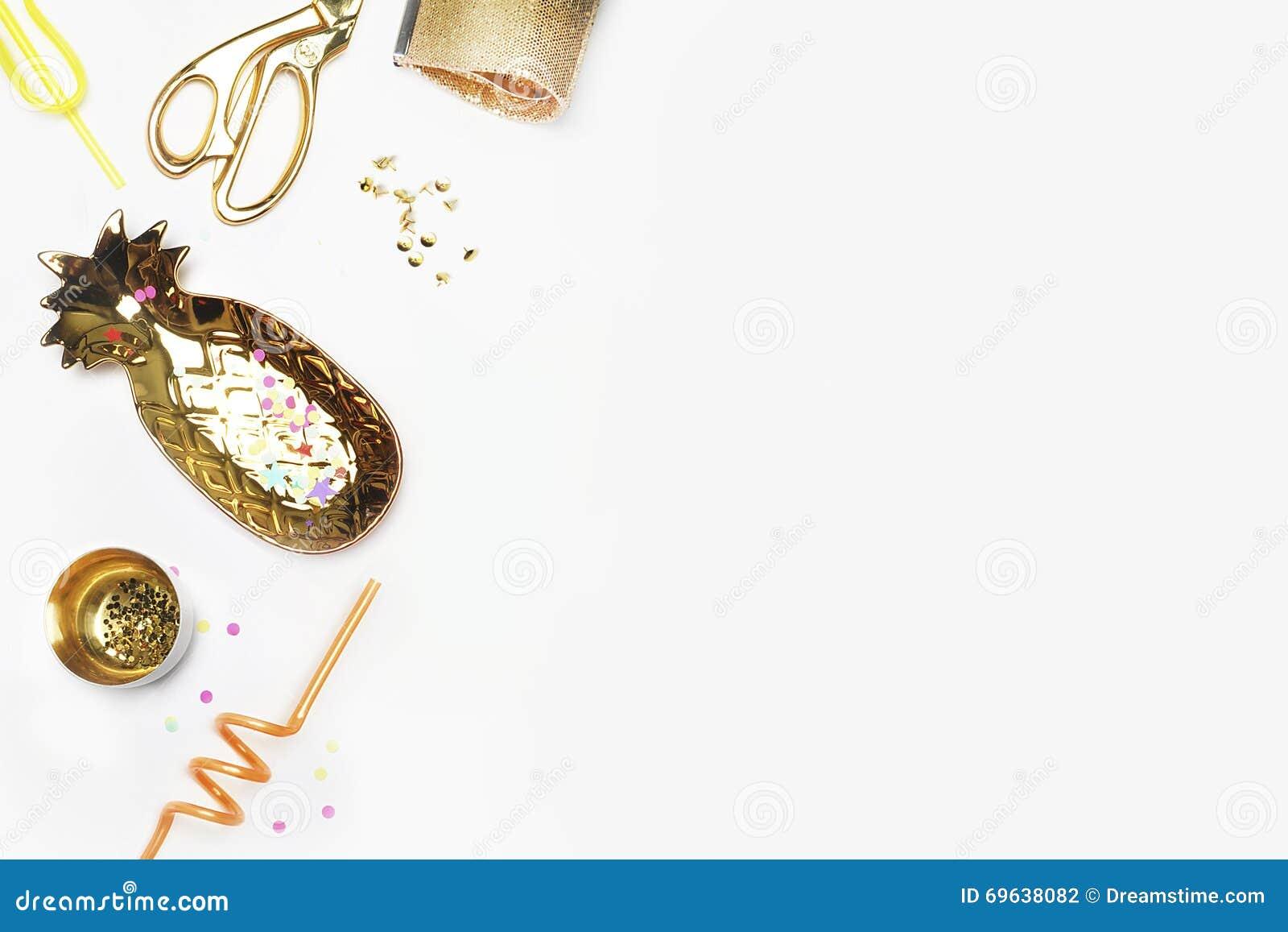Articles de femme d or sur la table Scène féminine, style de charme Moquerie blanche de fond  Configuration plate, bureau de part