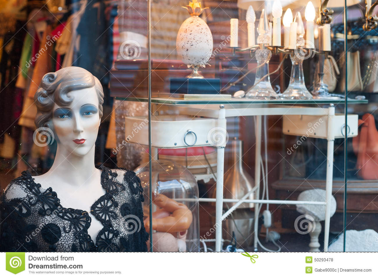 Articles de vintage vendre au march aux puces st ouen paris photo stock ditorial image - Marche au puce paris vetement ...