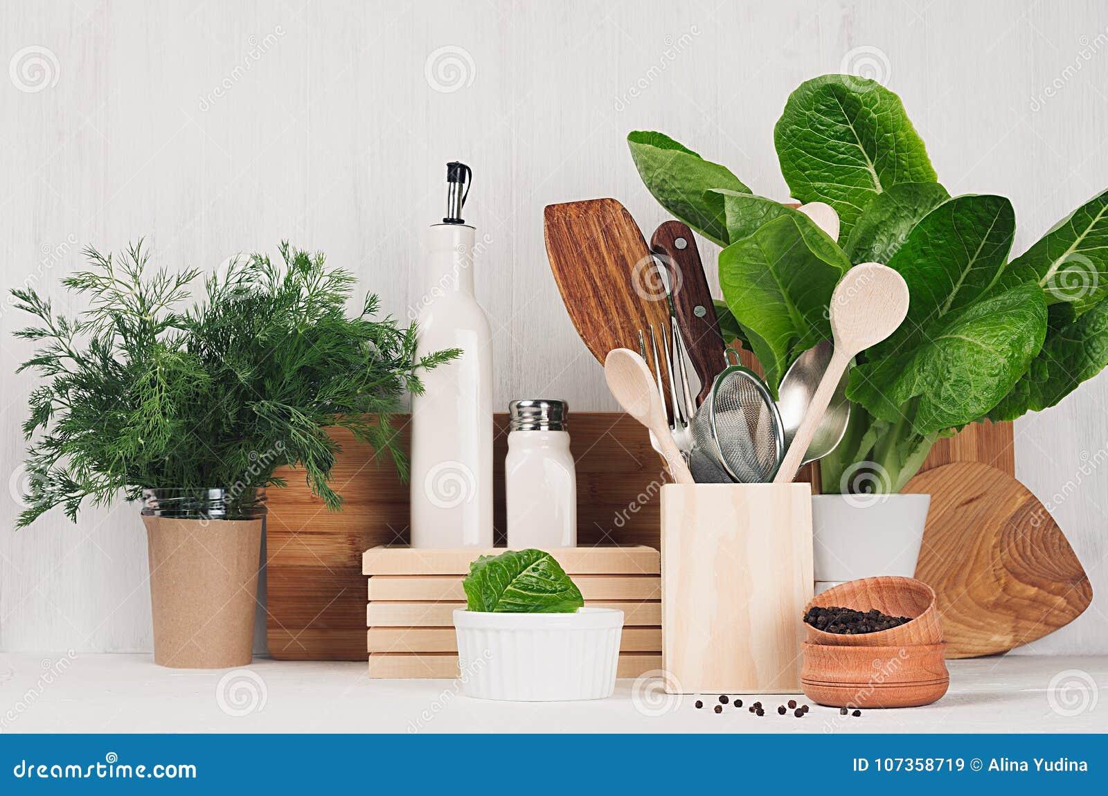Articolo Da Cucina Di Legno Beige E Marrone Naturale E Piante Verdi ...