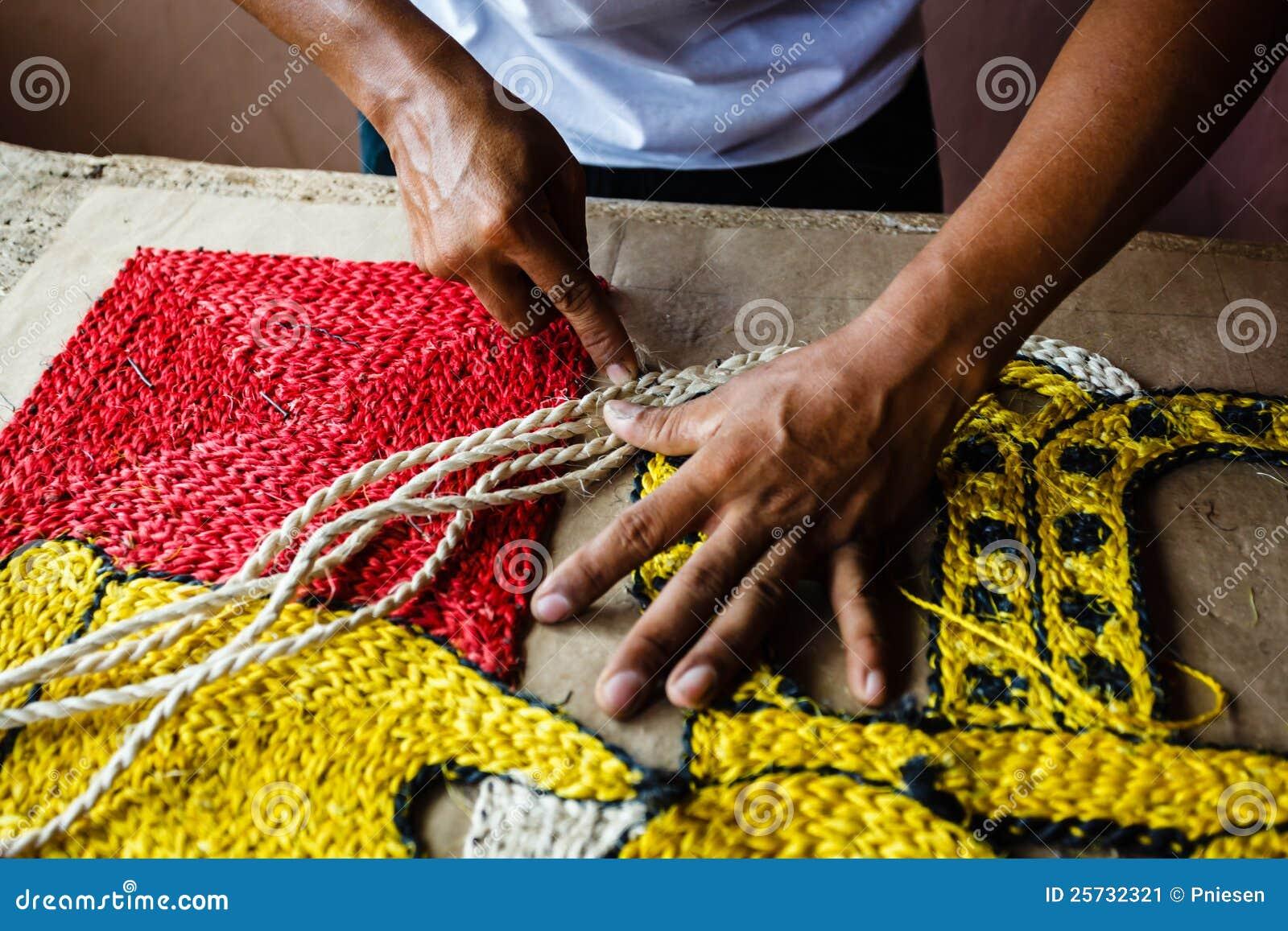 Artigiano che fa una coperta della tappezzeria della corda
