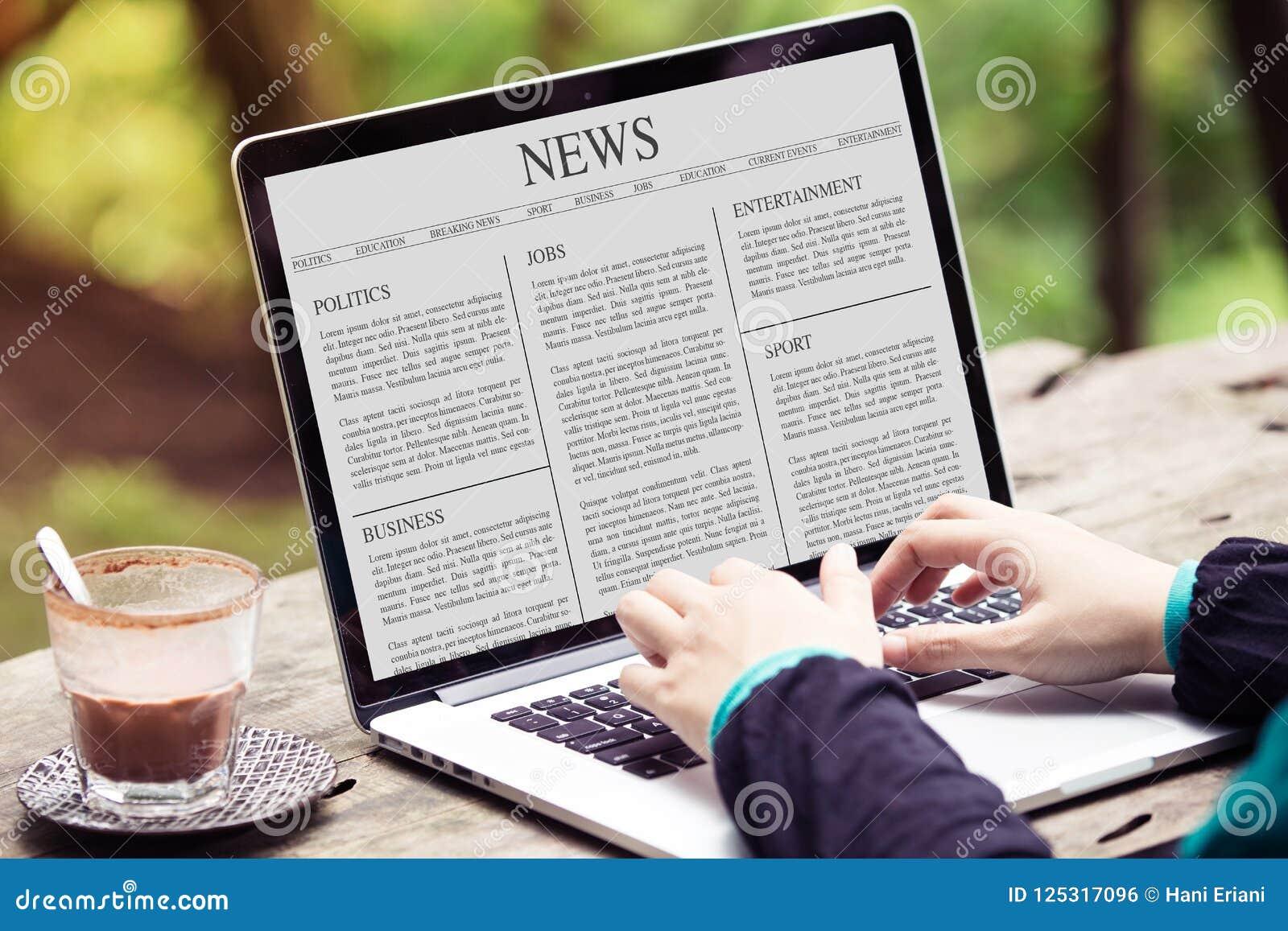Artigo noticioso da leitura da mulher no portátil/tela de computador