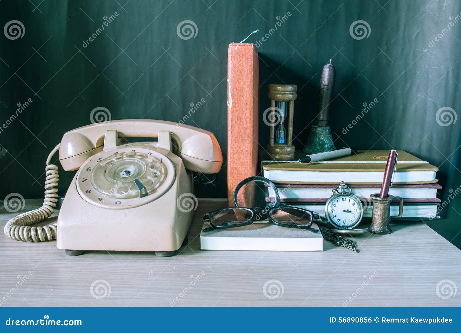 Artigos de papelaria e telefone na tabela