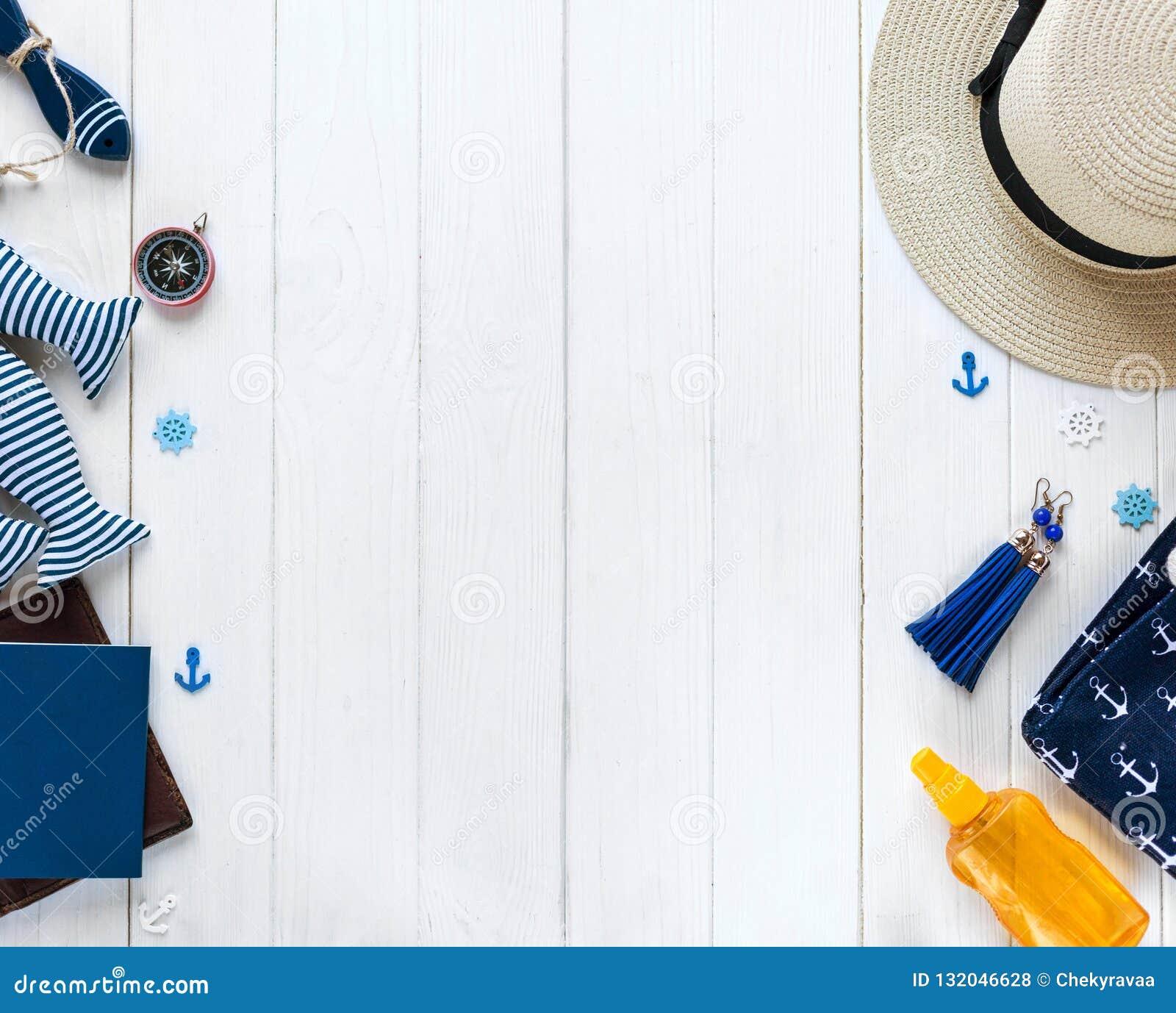 Artigos marinhos no fundo de madeira Objetos do mar: chapéu de palha, roupa de banho, peixe, escudos Configuração lisa, espaço da