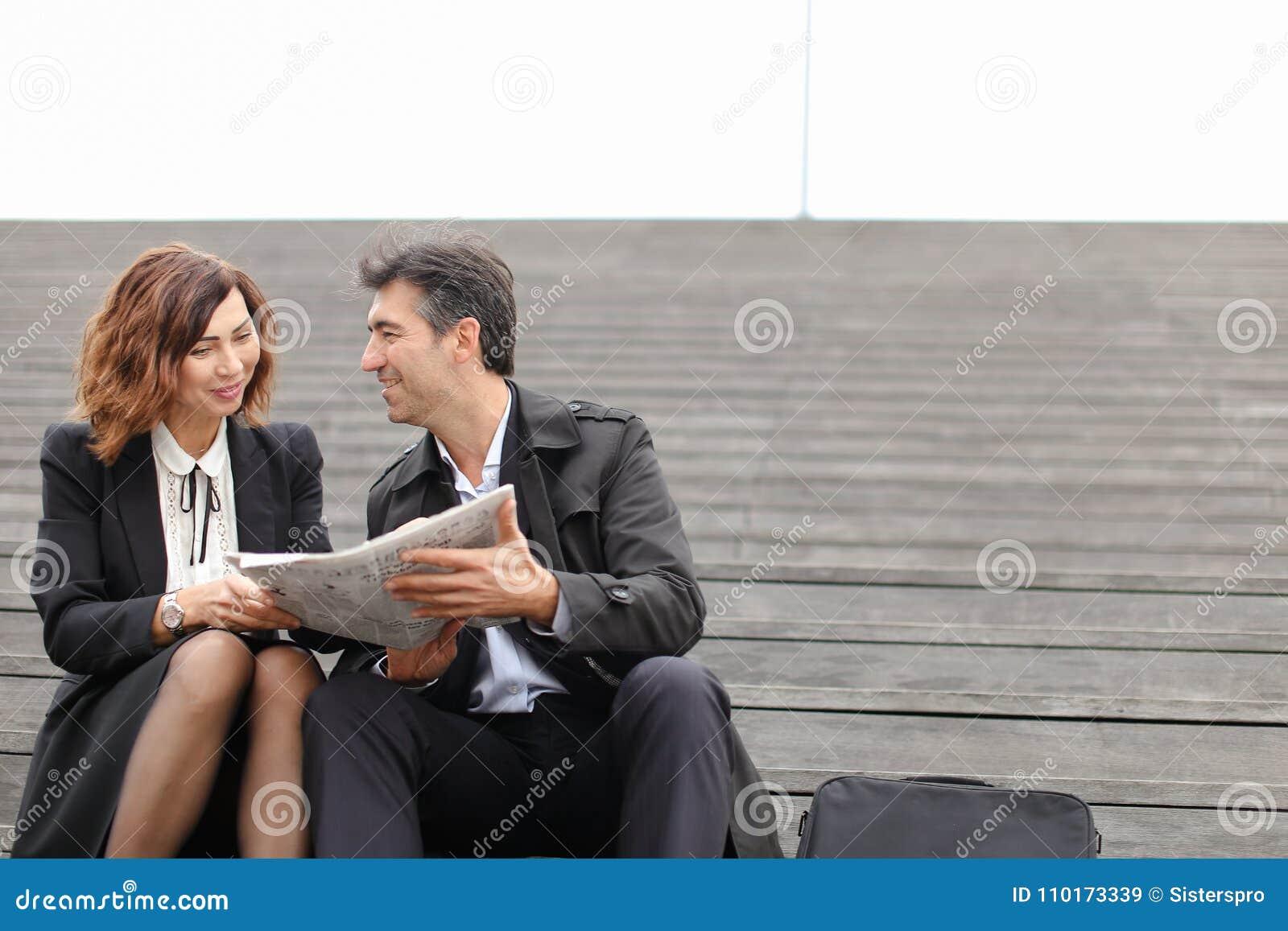 Artikel van de ingenieurs het mannelijke en vrouwelijke lezing over bedrijf binnen