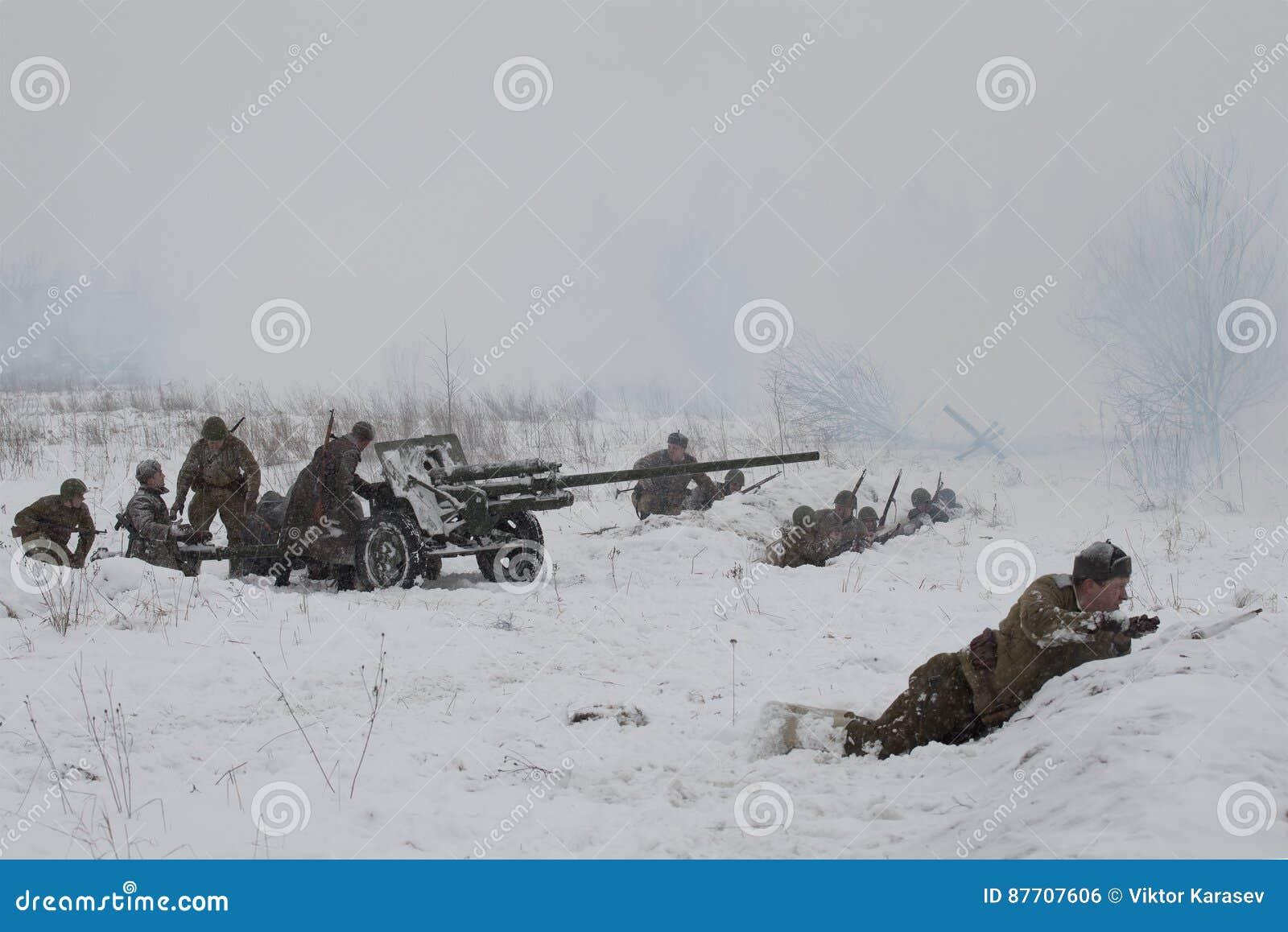 Artillerie soviétique en position reconstruction Militaire-historique des combats de la grande guerre patriotique pour la levée d