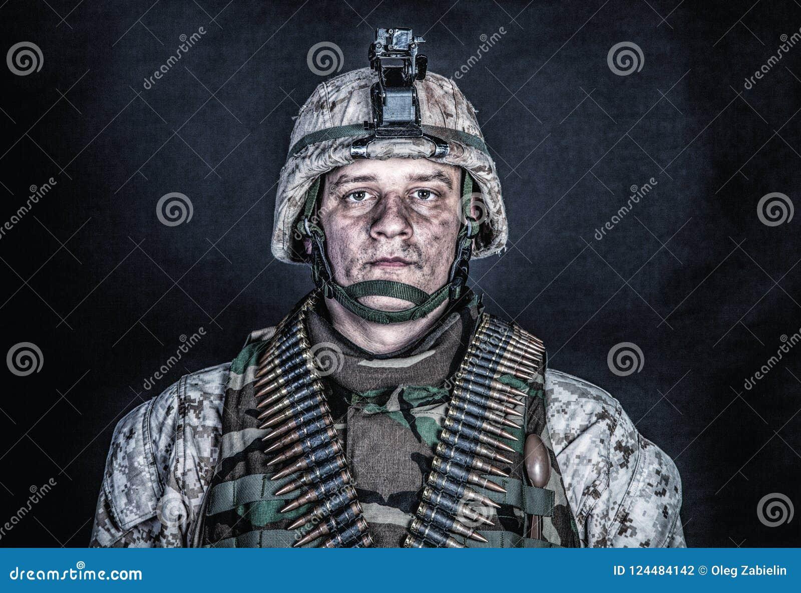 Artilleur de machine marin avec des ceintures de munitions sur le coffre
