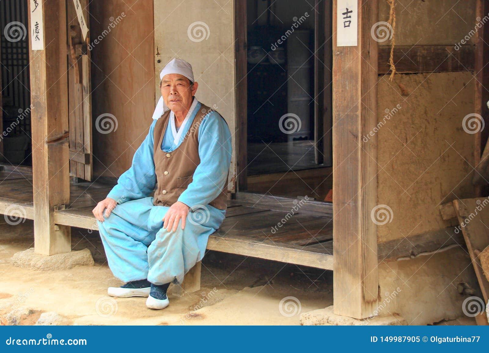 Artisan asiatique plus âgé près d atelier d artisan