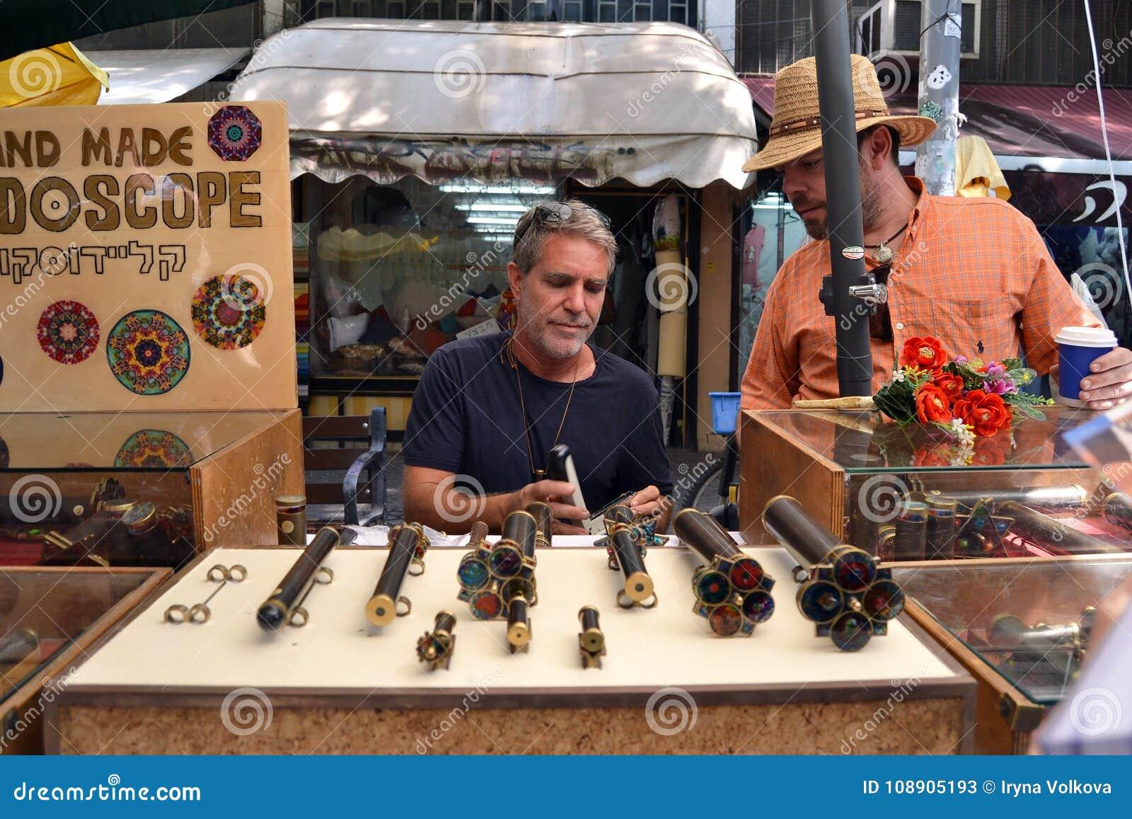 Artisan de kaléidoscope au marché de Tel Aviv