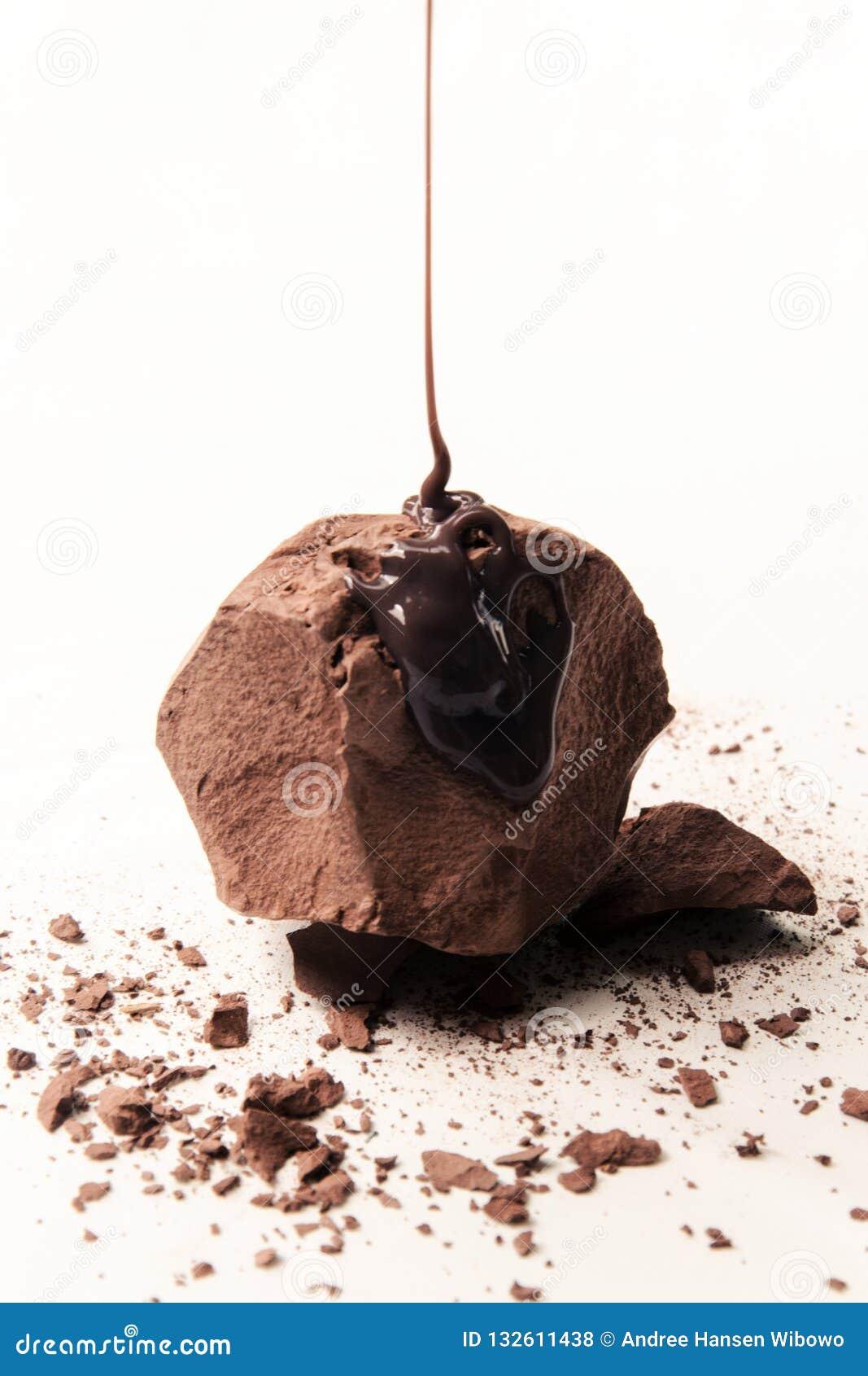 Artisanal chokladtryffel med duggad chokladsås