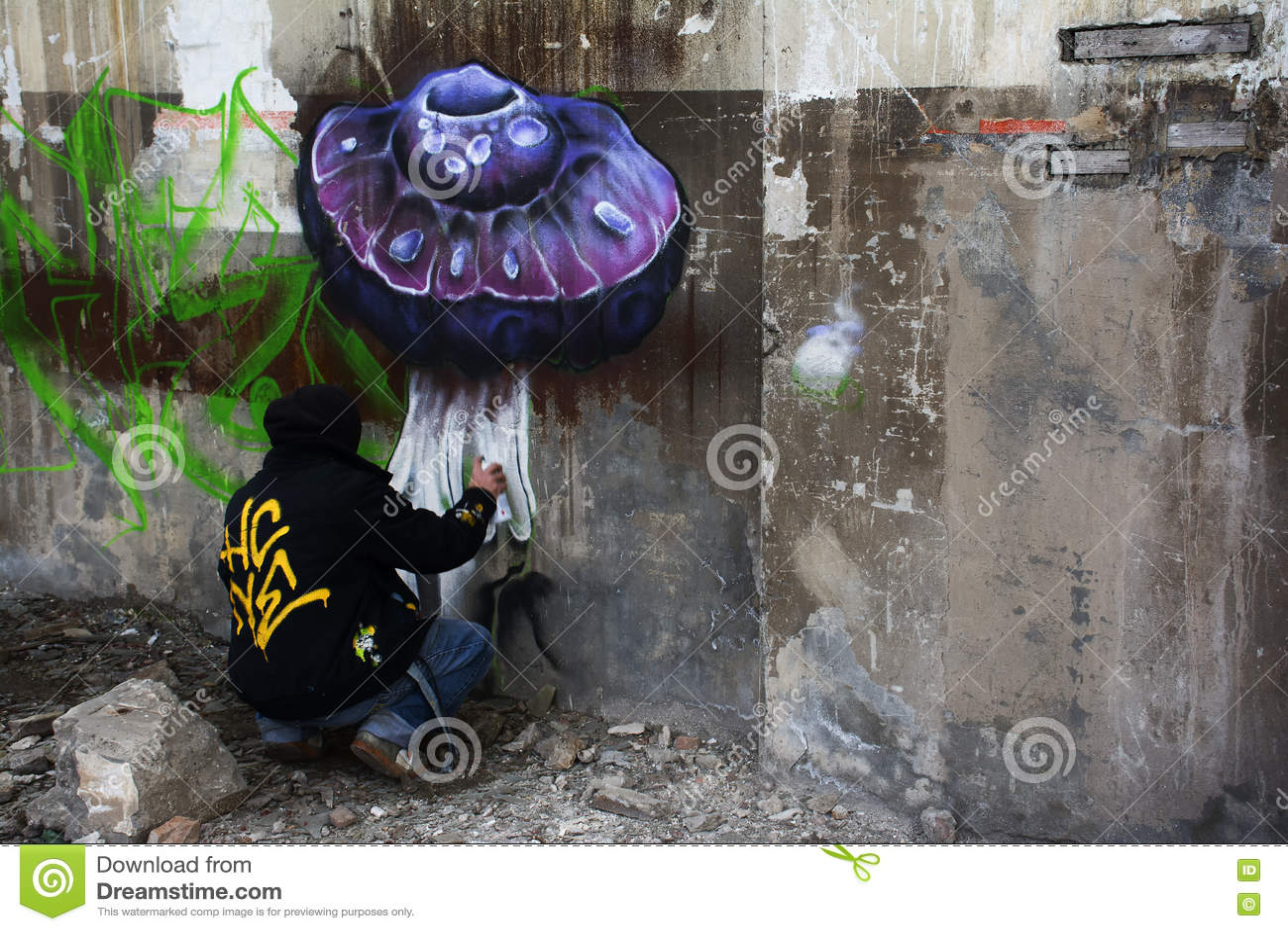 Artista con la poder de espray que pinta