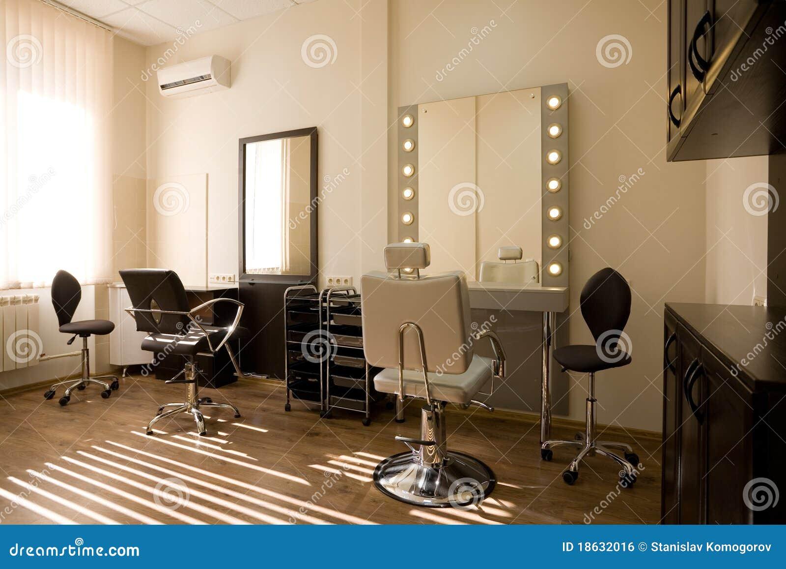 Artista de maquillaje del sal 243 n y peluquero modernos imagen de archivo libre de regal 237 as