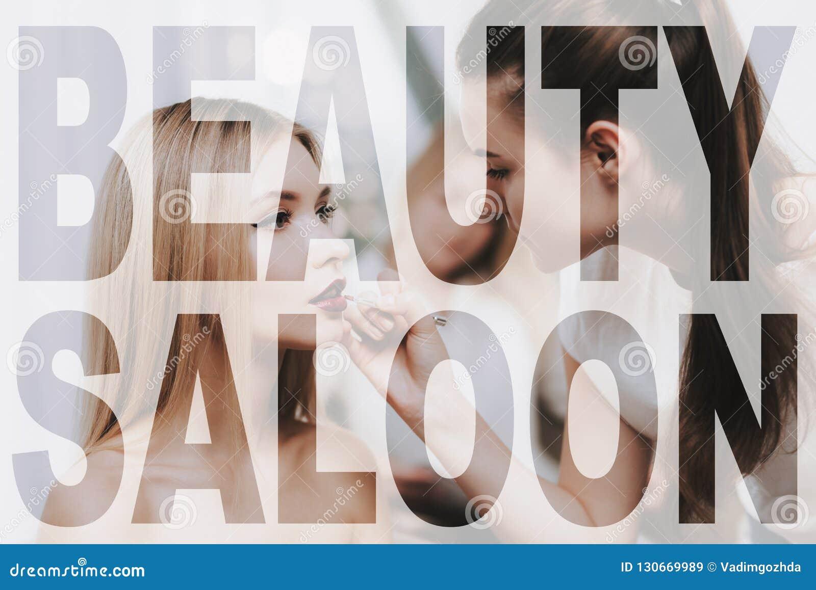 Artista de maquillaje Paints Lips de una mujer en salón