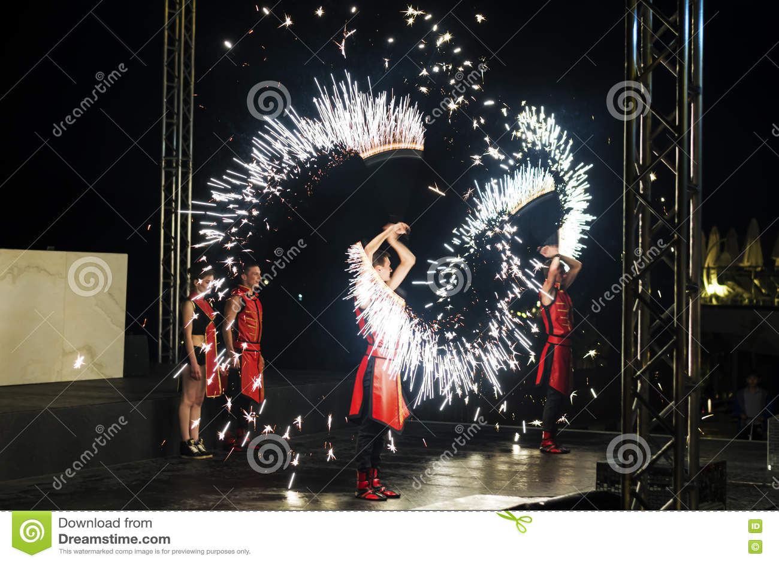 Artista del fuego que realiza la demostración del fuego
