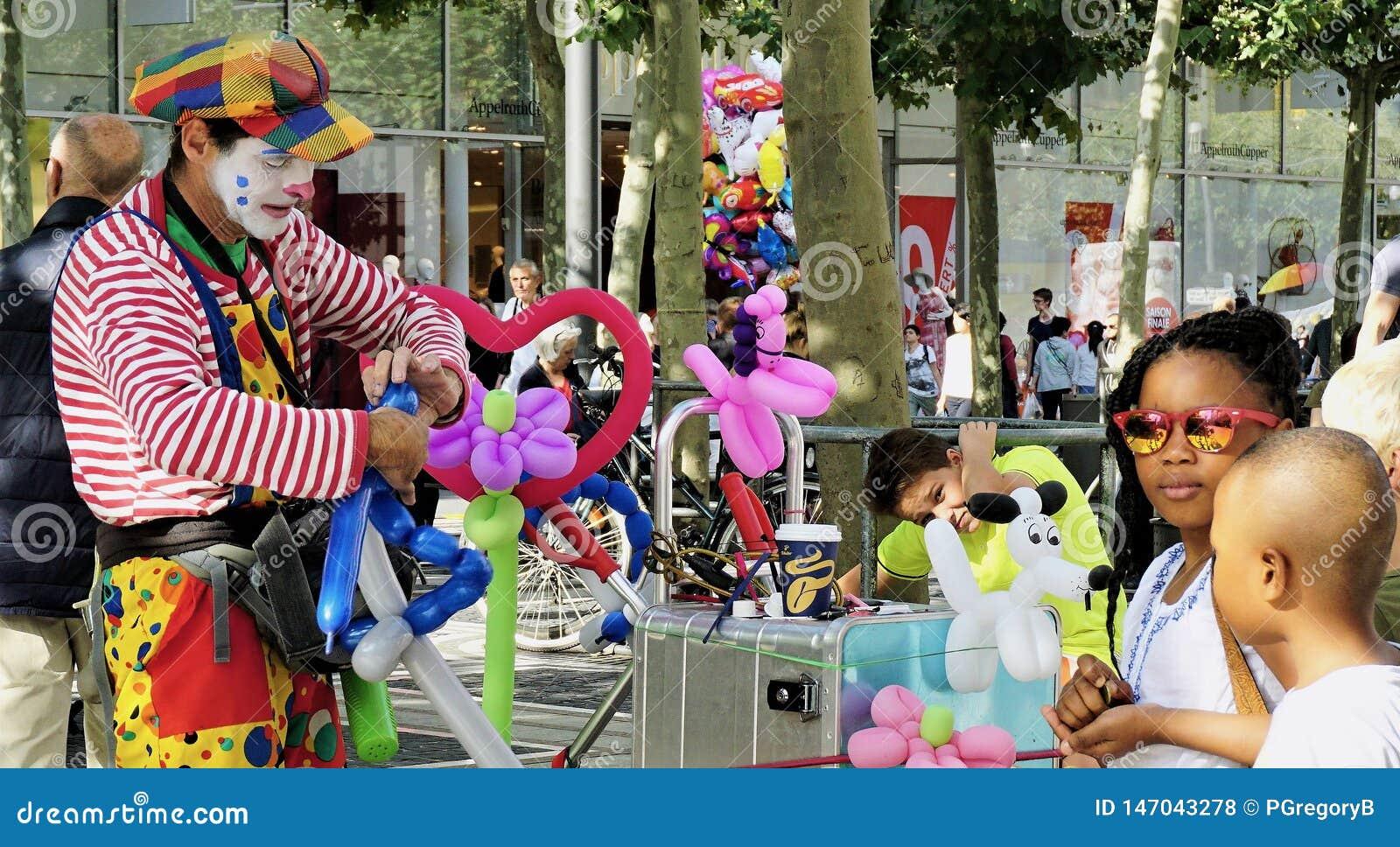 Artista Entertains Children del globo de la calle