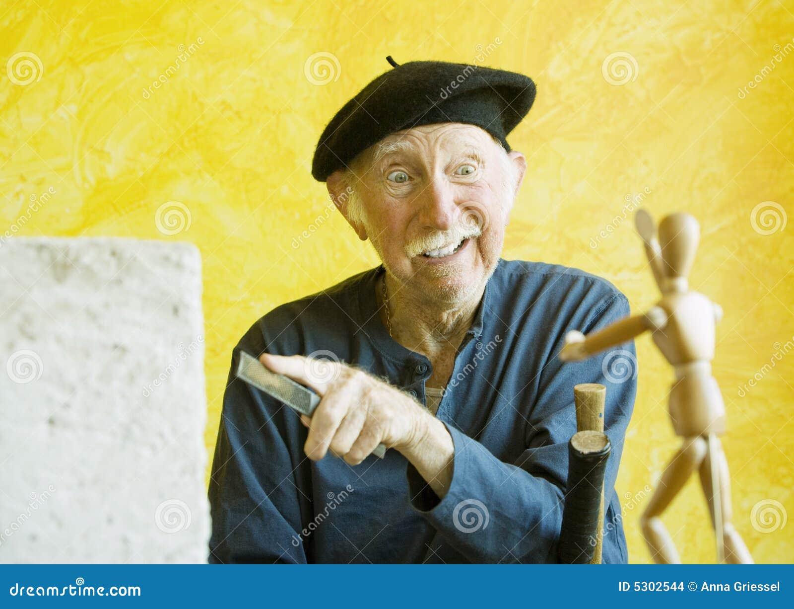 Download Artista Pazzesco Con Una Figura Di Legno Modello Fotografia Stock - Immagine di wooden, uomo: 5302544
