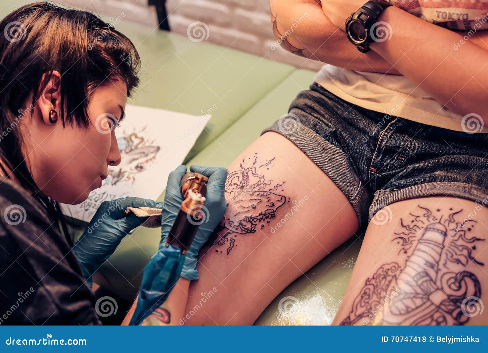 Artista Profesional Del Tatuaje Que Hace El Tatuaje Foto De Archivo